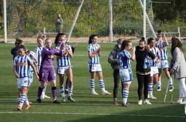 Las jugadoras de la Real Sociedad aplauden a la grada al finalizar el partido de copa. Vía: Real Sociedad Femenino en Twitter.