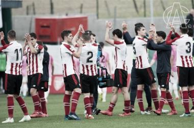 Los jugadores del filial rojiblanco celebran el pase a la fase de ascenso a Segunda Division. Foto: Athletic.