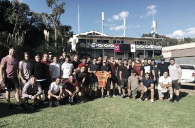 A diferencia de otras previas, en la cual la fotografía estaba vinculada al Captain´s Run, en esta ocasión la escena se la adueñaron ellos, los jugadores. En imagen, la despedida del TEC Grammar Rugby Club de Auckland. Crédito: Jaguares.