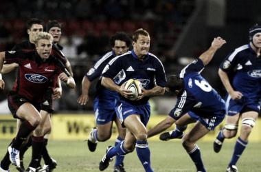 Estadio Jade, Christchurch, Nueva Zelanda. ¿Cuándo? En el 2004, y con Carlos Spencer como protagonista. Viejos tiempos, pero la rivalidad entre Blues y Crusaders sigue al rojo vivo. Crédito: Sky Sports.