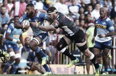 Foto: el año pasado, en Newlands, Sharks dio el golpe y se impuso por 18-13. En esta imagen, Nizaam Carr, exponente de Stormers, intenta deshacerse de Marcell Coetzee, quien en aquel momento era figura de los de Durban. (Zimbio).