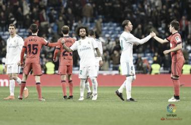 Merengues y txuri-urdines se dan la mano tras la conclusión del Real Madrid-Real Sociedad de la pasada campaña (FOTO:// LaLiga)