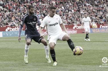 Ben Yedder controla el balón ante Joaquín | Foto: LaLiga