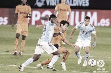 Renato Tapia en una disputa de balón con Kang-in Lee / Fuente: LaLiga