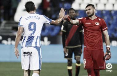 Carillo saludándose con Dimitrievski en la ida de la eliminatoria | Foto: LaLiga Santander