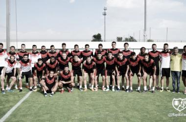 Jugadores junto al cuerpo técnico en la Ciudad Deportiva. Fotografía: Rayo Vallecano S.A.D