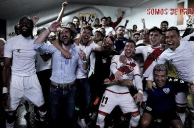 Todos los jugadores, cuerpo técnico y directiva celebrando el ascenso en el vestuario. Fotografía: Rayo Vallecano S.A.D