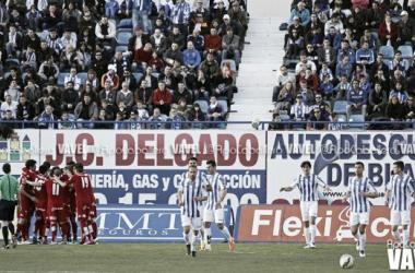 Los rojiblancos celebran el gol de Velasco en propia puerta (Foto: Apo Caballero, VAVEL)