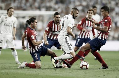 Benzema rodeado de jugadores rojiblancos | Foto: Realmadrid.com