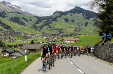 Los ciclistas en la inmensidad de la naturaleza | foto: Web oficial Tour de Romandía