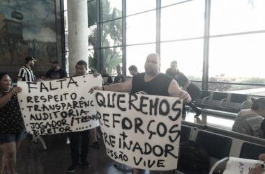 Após eliminação precoce, delegação do Botafogo é recebida no Rio sob protestos e pedradas