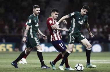 Marc Bartra y Javi García disputando el balón en el encuentro que enfrentó a Atlético y Betis la pasada temporada.Foto: Gonzalo Arroyo Moreno