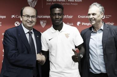 Promes con José Castro y Joaquín Caparrós. Foto: Sevilla FC.