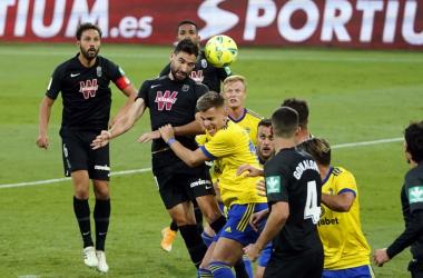 Antonio Puertas remata de cabeza un balón en el derbi disputado en la primera vuelta, en el Ramón de Carranza. FOTO: Granada CF / Pepe Villoslada