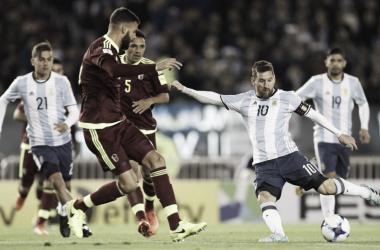 ¿VUELVE? Messi(10) en acción en su último partido ante el combinado venezolano y la idea del cuerpo técnico es convocarlo.
