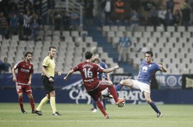 Pulido Santana, atento en una disputa entre Íñigo Eguaras y Ramón Folch, en el empate del Real Oviedo ante el Real Zaragoza.   Imagen: Real Oviedo.