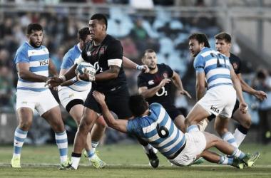 Nathan Hughes, octavo de la Rosa, quiere avanzar ante el intento de tackle de Pablo Matera. (Unión Argentina de Rugby).