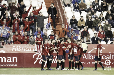 Los jugadores rojillos celebran el gol junto a la afición. Foto: LaLiga 1|2|3