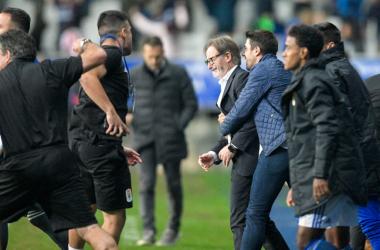 Silvino, encargado de material del Real Oviedo, a la izquierda de la imagen, celebra con rabia el triunfo ante el Sporting, mientras Dani Bautista abraza a Anquela, que rompe a llorar. | Imagen: Real Oviedo.