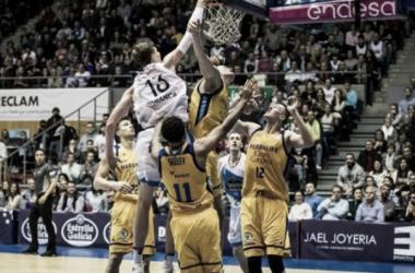 Pustovyi machaca ante varios rivales | Foto: ACB Photo