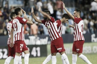 Los jugadores del filial almeriense celebrando su única victoria hasta la fecha | Fuente: UD Almería