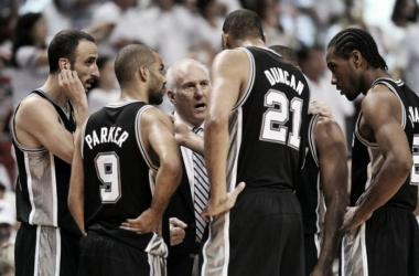 Popovich le habla a su Big Three. Leonard escucha. La dinastía de los Spurs en una imagen. Foto: NBA.com