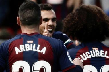 Los armeros en la celebración de un gol // Foto EFE