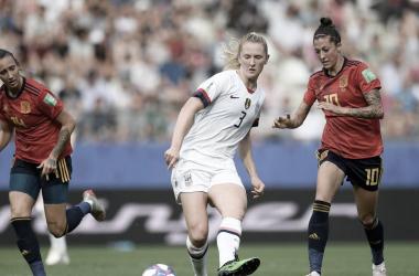 Jenni Hermoso con una norteamericana / FOTO: FIFA