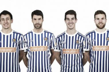 Oyarzabal, Prieto, Aritz e Illarramendi posando con la camiseta patrocinada por Euskaltel. Foto: Real Sociedad