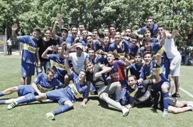 El plantel de la quinta división festejando el título de la divisional. Foto: Prensa Boca Juniors