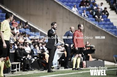 Quique Sánchez-Flores dando instrucciones al equipo (Foto:Noelia Déniz)