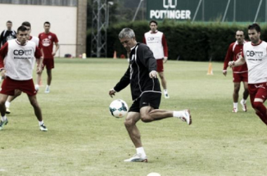 Quique Setién entrenando con sus jugadores. (Foto: El Progreso).