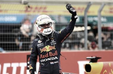 Verstappen saluda al escaso público | Foto: Fórmula 1