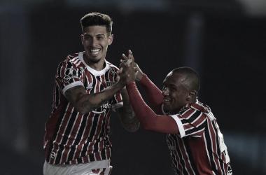 Emiliano Rigoni e Marquinhos comemorando o primeiro tento do São Paulo na partida (Foto: Reprodução/ Twitter Conmebol Libertadores)