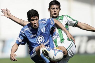 Rodrigo Viega y Darwin Torres se disputan una pelota. Foto: Tenfield.