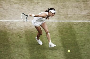 Agnieszka Radwnaksa entrando en pista después de golpear una bola | Foto: Zimbio