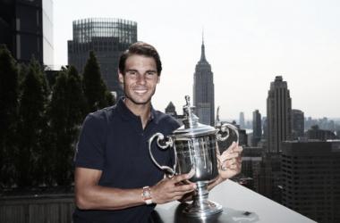 Rafa Nadal sonríe con su trofeo del US Open. Foto: zimbio.com