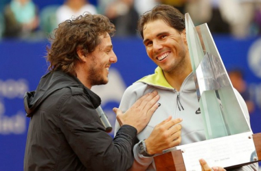 Rafael Nadal receives the Argentina Open trophy from former player Gaston Gaudio. | Photo: Gabriel Rossi/STF