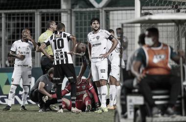 Momento em que Rafael se lesiona na partida diante do Athletic (Foto: Pedro Souza/Atlético-MG)