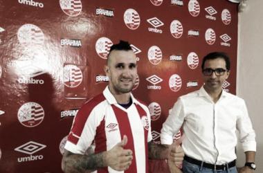 Centroavante assina contrato com time alvirrubro até o meio do ano, podendo prorrogar ao fim (Foto: Divulgação/Náutico)