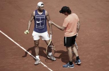 Rafael Nadal y Carlos Moyá en un entrenamiento en el Abierto Francés. Fuente: Zimbio