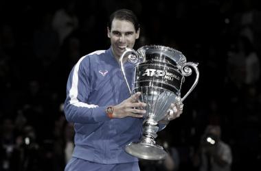 Rafael Nadal al entregarle el trofeo como número uno del 2019. Fuente: Zimbio