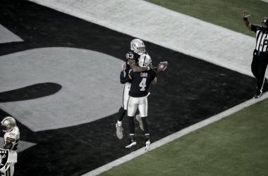Raiders crescem no segundo quarto e vencem Saints na estreia do novo estádio