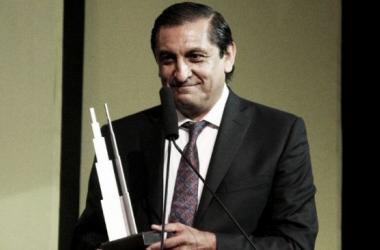 Ramón, con el premio como mejor DT del año (FOTO: La Página Millonaria).
