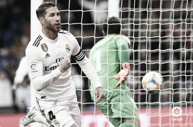 Sergio Ramos se señala el escudo tras marcar I Foto: LaLiga