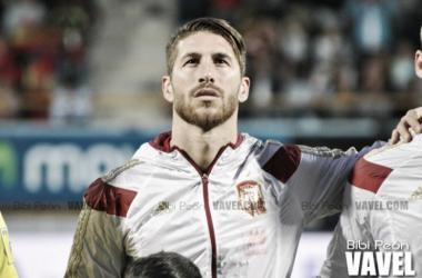 Ramos escucha el himno de la selección antes de un partido/ Foto: Vavel