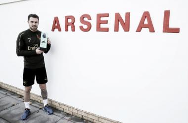 Ramsey posando con el trofeo | Fotografía: Arsenal