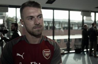 Ramsey atendiendo a Arsenal Player | Fotografía: Arsenal
