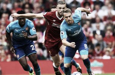 Ramsey conduce un balón en el partido ante el Liverpool | Fotografía: Arsenal