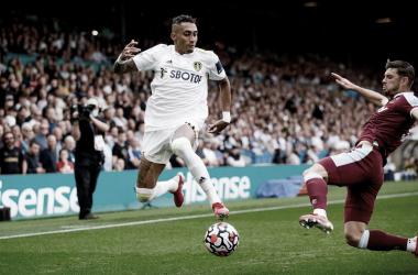 Raphinha superando a Cresswell en una acción de la primera mitad. FUENTE: Leeds United